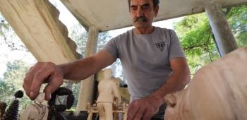 Virski vikendaš Boris Krajačić iz okolice Zagreba umjetnik je rezbarenja u drvu s kolekcijom od 300-tinjak figura ljudi je imao više izložbi, a jednu bi postavio i na Viru